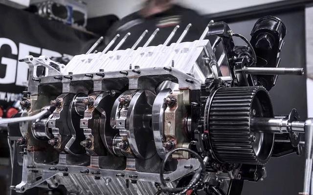 Lắp ráp động cơ 11.000 mã lực của dòng xe đua nhanh nhất thế giới cầu kỳ như thế nào?