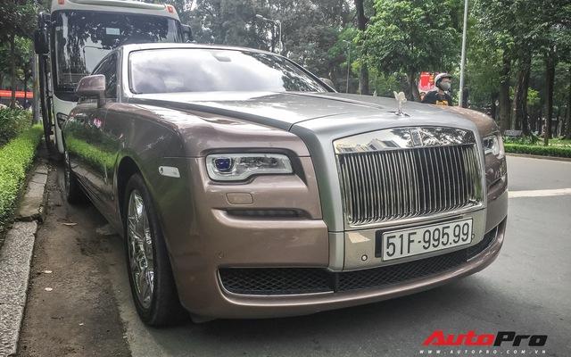 Rolls-Royce Ghost với biểu tượng Spirit of Ecstasy phát sáng và biển số gánh tứ quý 9 lăn bánh trên phố Sài Gòn