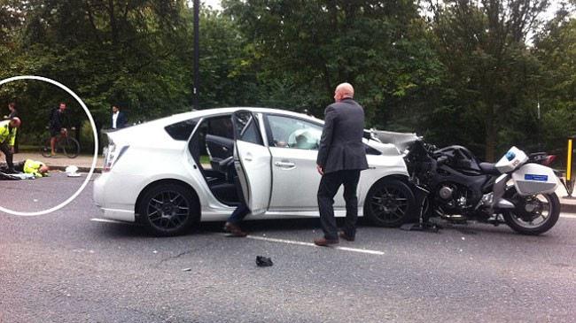 Môtô cảnh sát hộ tống Hoàng tử Anh đối đầu Toyota Prius