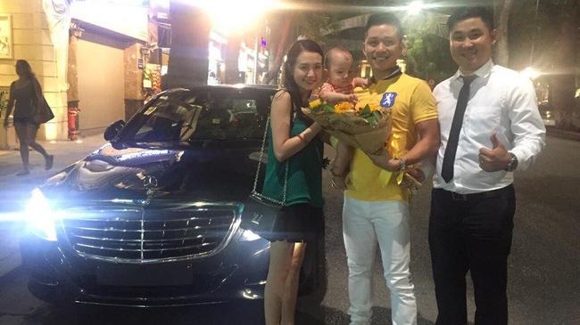 Tuấn Hưng bồng bế vợ con nhận xe tiền tỷ Mercedes S400 mới