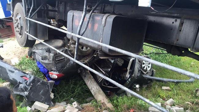 Hải Dương: Toyota Corolla Altis bị vò nát dưới gầm xe tải
