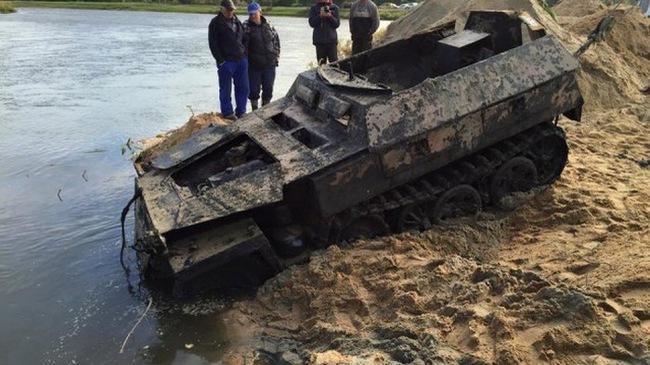 Xe bọc thép của phát xít Đức nguyên vẹn sau 70 năm dưới lòng sông