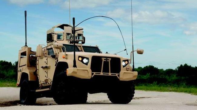 """Xe quân sự Humvee bị """"những kẻ lạ mặt"""" thay thế"""