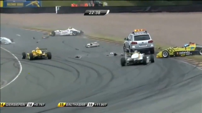 Xe cứu hộ gây tai nạn liên hoàn trên đường đua