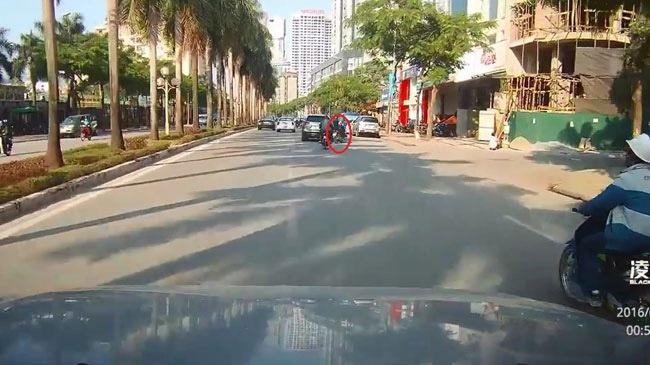 Video Mazda CX-5 lạng lách, gây tai nạn cho xe máy rồi bỏ chạy tại Hà Nội