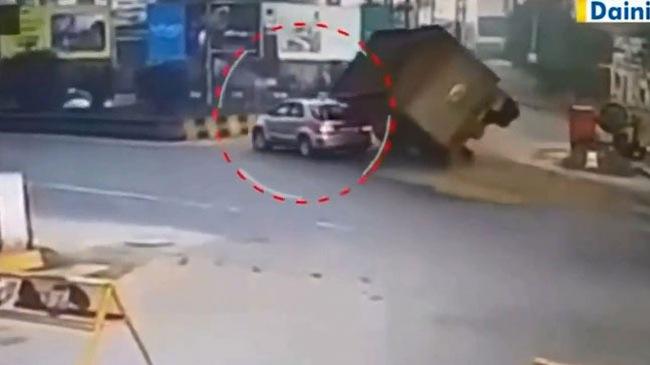 Tránh người đi bộ, ô tô tải lật nghiêng, đè nát xe SUV