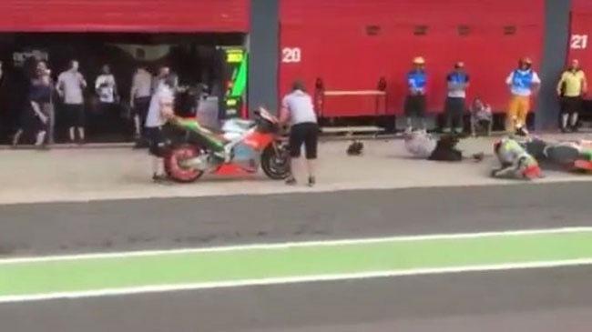 Tay đua của Aprilia đâm vào nhân viên kỹ thuật trên đường pit