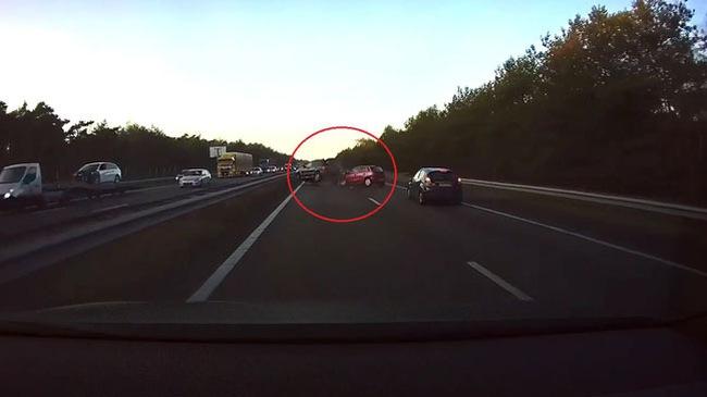 Tesla Model S tự phanh tránh va chạm liên hoàn, cứu mạng người lái