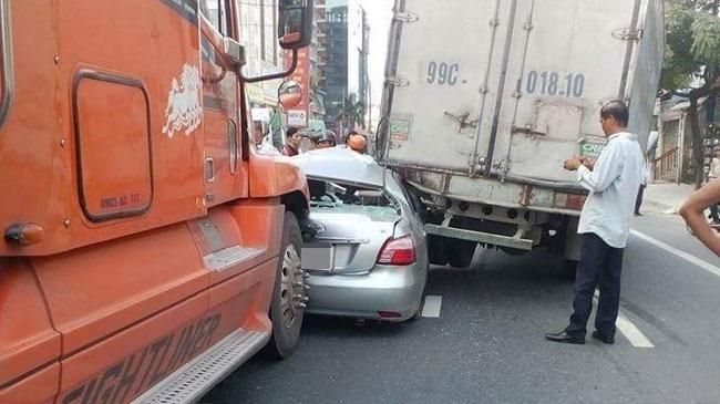 Hà Nam: Toyota Vios bị kẹp giữa ô tô tải và xe container, bẹp dúm