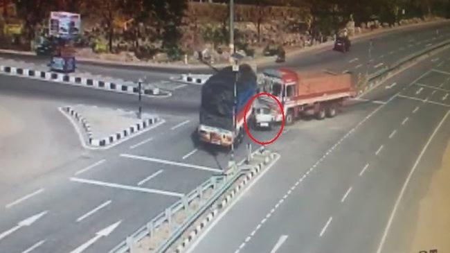 Ô tô con bị đè bẹp giữa hai xe tải, 5 người tử vong