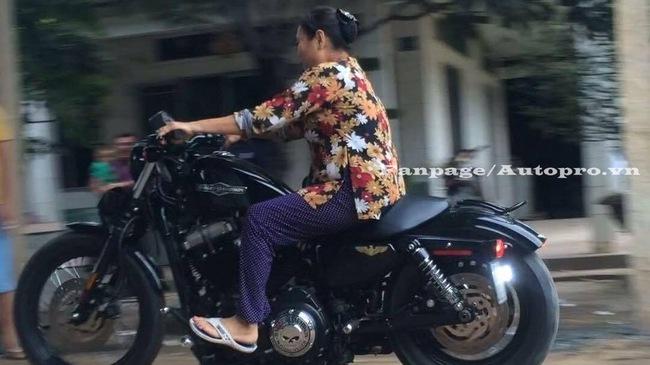 """Gặp gỡ má Mười U70 vẫn cầm lái mô tô Harley-Davidson 48 """"dễ như ăn kẹo"""""""