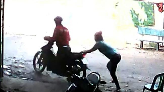 Bị giật điện thoại, cô gái kéo ngã tên cướp đi xe máy