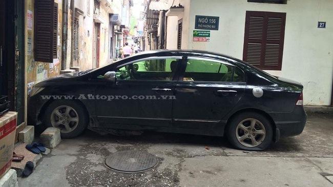 Hà Nội: Nhầm chân ga, nữ tài xế lao xe Honda Civic vào tường