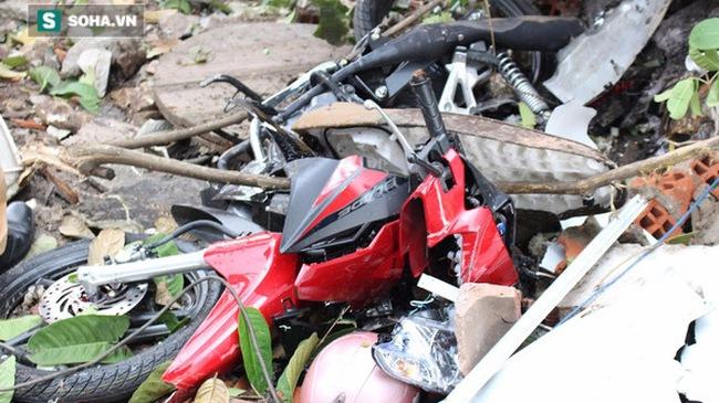 """Bình Dương: Xe cẩu """"điên"""" cuốn 5 xe máy và 2 cô gái vào gầm"""