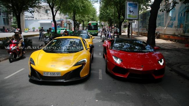 """Lamborghini Aventador mui trần cùng bộ đôi siêu xe nhà Phan Thành """"đại náo"""" Sài thành"""