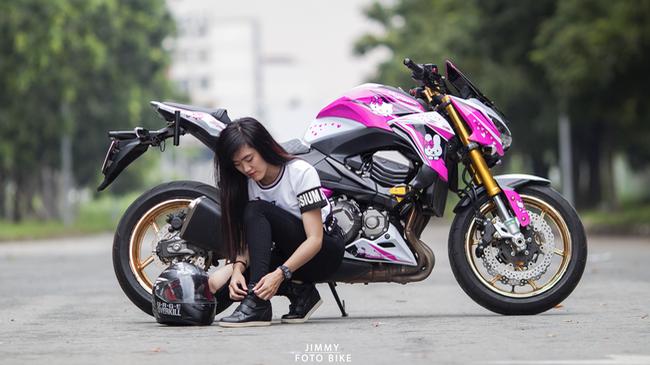 Cận cảnh Kawasaki Z800 lên bộ áo Hello Kitty của nữ biker 9X