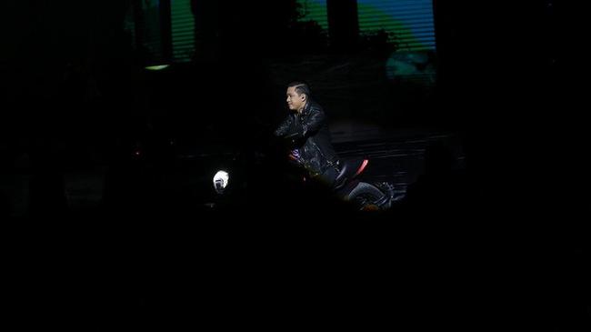Tuấn Hưng lái Ducati Diavel vào sân khấu trong live concert Lệ Quyên
