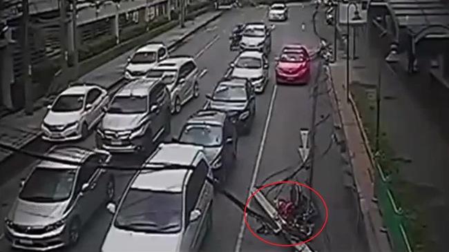 Cột điện bị cây kéo đổ đập trúng đầu người phụ nữ đi xe máy như phim kinh dị