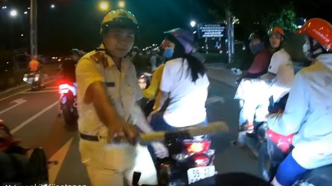 """Chạy trốn bất thành, biker """"bắn"""" tiếng Anh để """"thoát"""" cảnh sát giao thông"""