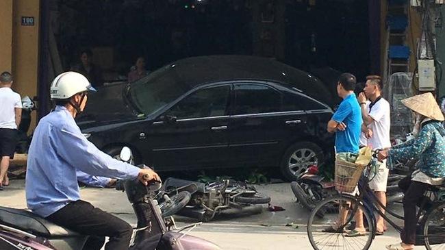 Video Toyota Camry lùi như bay, húc đổ 8 xe máy và cuốn cô gái vào gầm tại Thanh Hóa