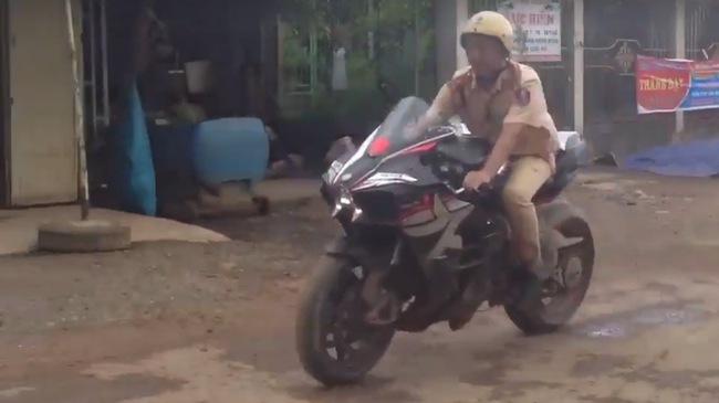 Xem cảnh sát giao thông chạy Kawasaki H2 và Suzuki GSX-R1000 về đồn