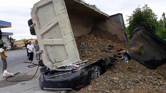 Nam Định: Xe ben chở đất đá lật ngang, đè bẹp Toyota Corolla chạy cùng chiều
