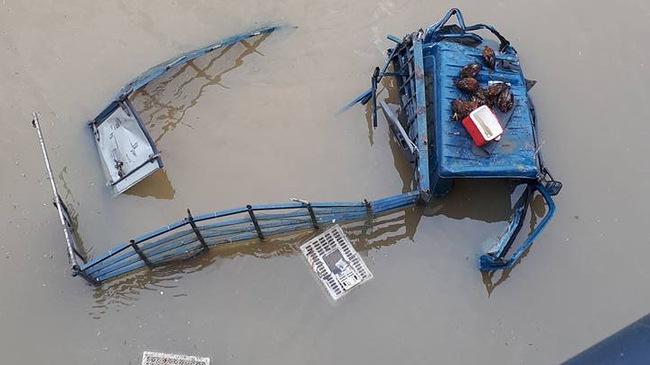 Ninh Thuận: Xe tải chở gà đâm sập lan can cầu, lao xuống sông