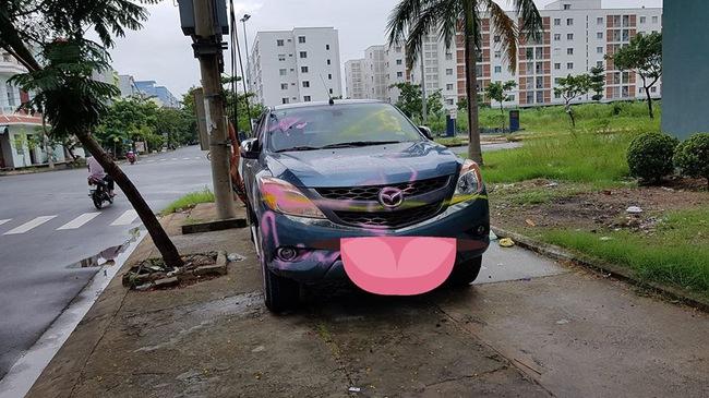Đà Nẵng: Đỗ trên vỉa hè, ô tô bán tải Mazda BT-50 bị sơn chằng chịt quanh xe