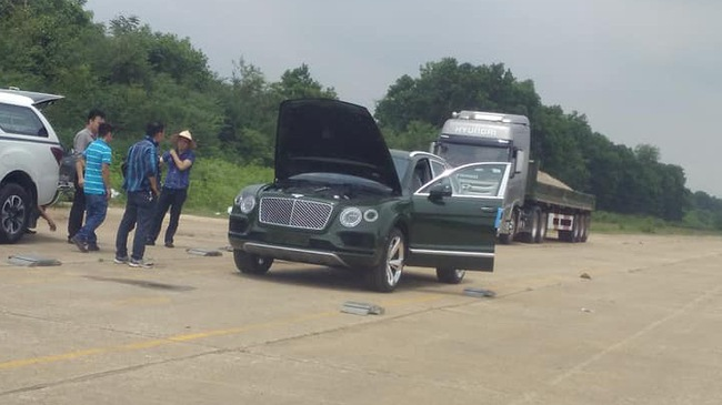 Choáng với bộ áo màu xanh lục của chiếc Bentley Bentayga xuất hiện ở Sơn Tây