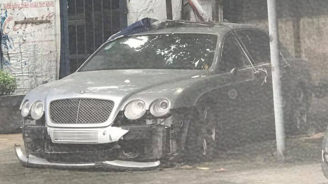 Xe nhà giàu Bentley Continental Flying Spur bị bắt gặp trong tình cảnh thảm thương tại Hà Nội