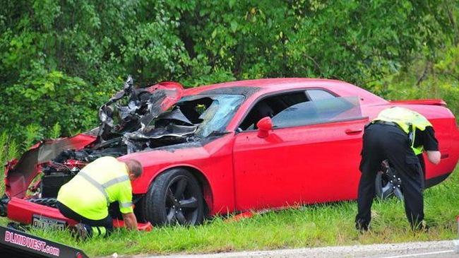 Nam thanh niên lái Dodge Challenger quá tốc độ, chạy trốn cảnh sát và gây tai nạn