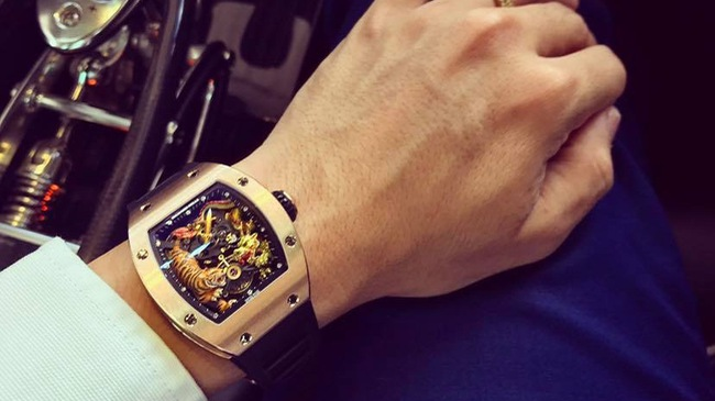 """Khám phá chiếc đồng hồ 18 tỉ của đại gia Minh """"Nhựa"""""""