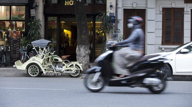 """Bắt gặp """"đồ cổ"""" xích lô máy Peugeot trên đường phố Hà Nội"""