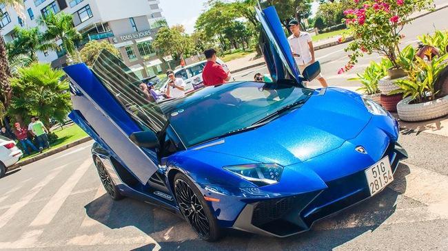 """Video Minh """"Nhựa"""" cầm lái Lamborghini Aventador SV trên đại lộ Võ Văn Kiệt"""