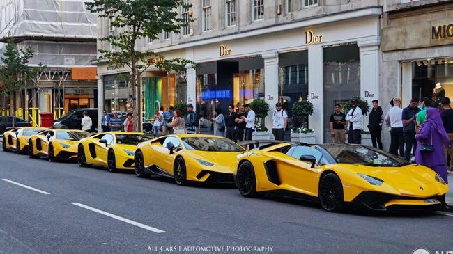 """Vẻ đẹp của """"đội quân"""" Lamborghini """"tông xuyệt tông"""" màu vàng rực trên phố London"""