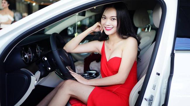 """""""Người mẫu nude với ngựa"""" tậu xe sang Mercedes-Benz E200 2017 trị giá 2,1 tỷ Đồng"""