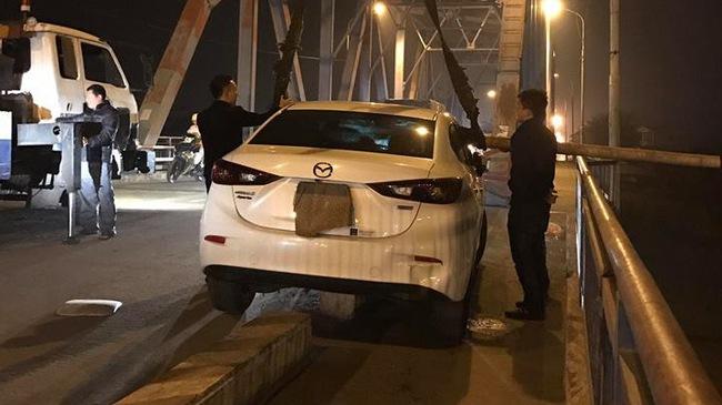 """Cư dân mạng """"ném đá"""" cách cứu hộ xe gặp nạn tại Hải Phòng"""