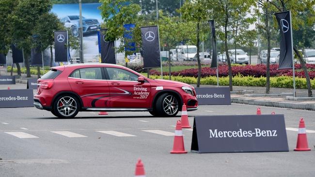Thử đua Drag bằng xe Mercedes Benz tại Đồng Mô