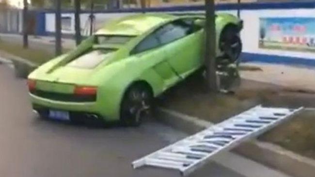 """""""Lấy le"""" với cô gái gặp trong quán bar, nam thanh niên lái siêu xe Lamborghini Gallardo thuê gây tai nạn kinh hoàng"""
