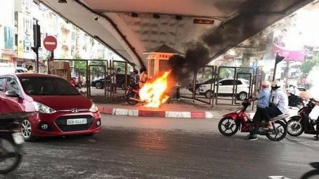 Hà Nội: Bị yêu cầu dừng kiểm tra lỗi vi phạm, nam thanh niên châm lửa đốt xe máy trước mặt CSGT