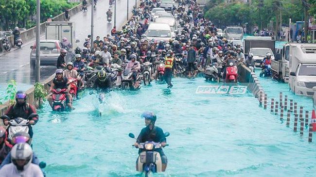 """Chán cảnh ngập lụt dầm dề ở Bangkok, dân mạng """"hô biến"""" con đường nước đen ngòm thành dòng biển xanh ngắt"""