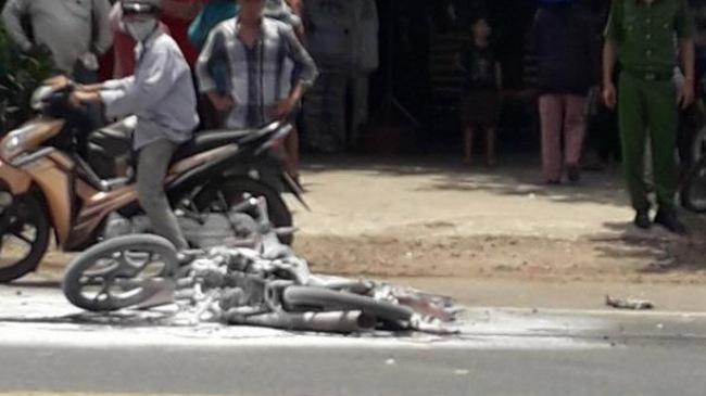 Xe máy bốc cháy sau va chạm với ô tô, 2 mẹ con bị bỏng nặng