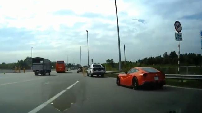 """Ferrari F12 Berlinetta độ hàng độc của Cường """"Đô-la"""" bị cảnh sát tuýt còi"""