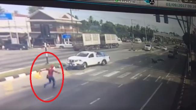 """Video """"Người Nhện"""" chạy đến cứu người đi xe máy bị tai nạn gây xôn xao trên mạng"""