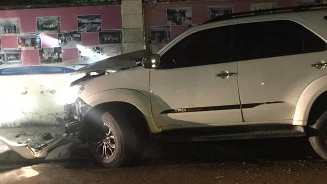 Hà Nội: Mất lái, Toyota Fortuner đâm vào tường, đầu xe nát bét