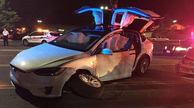 Tesla Model X gặp nạn nghiêm trọng nhưng người lái chỉ bị thương nhẹ