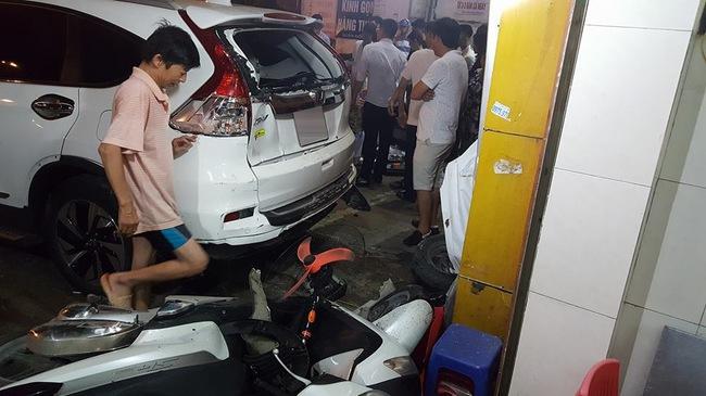"""Hà Nội: Tài xế Honda CR-V lùi xe quá đà, """"hạ gục"""" 2 xe tay ga và taxi, 1 người gãy chân"""