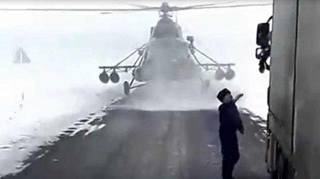 Hy hữu: Trực thăng quân sự đáp xuống mặt đất để... hỏi đường