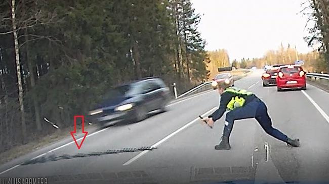 Xem cảnh sát quăng cuộn chông ra đường để ngăn một tài xế ô tô bỏ chạy