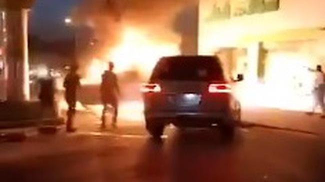Tiểu vương lái Toyota Land Cruiser đẩy chiếc ô tô đang cháy ra khỏi cây xăng khiến cư dân mạng khen nức nở